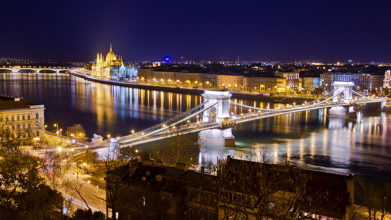 A Parlament és a Lánchíd az Oroszlános udvarból. The Parliament and Chain bridge from Buda Castle, Hungary