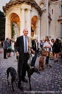 ARGENTINE. BUENOS AIRES. QUARTIER DE PALERMO. Le Palacio Errazuriz un hôtel particulier français qui abrite aujourd'hui le Musée des Arts Décoratifs. En plus de la collection permanente, le musée organise des concerts, des conférences et des expositions spéciales comme ici l'événement «Oh my dog!» qui invitait les propriétaires de chiens à venir siroter une coupe de champagne et à se faire photographier avec leur animal. Portrait de l'ancien joueur de polo Martin Orozco avec ses deux chiens amputés de la patte gauche.