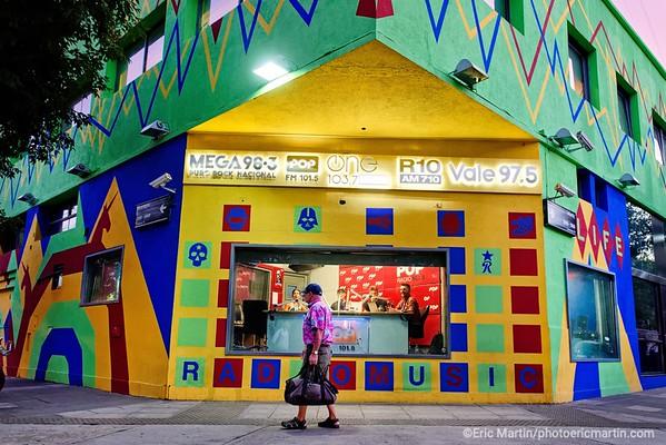 ARGENTINE. BUENOS AIRES. QUARTIER DE PALERMO.  La station de radio de Palermo Pop 101. Le studio situé à l'intersection des rues Uriarte et Nicaragua est ouvert sur la rue et permet aux passants d'observer le travail des animateurs