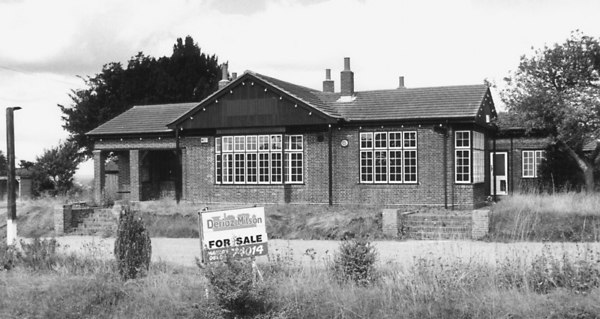 <font size=3><u> - Bungalow Beggarbush Hill-  </u></font> (BS0084)  At the summit of Beggarbush Hill. Built on bottom floor of Old London Rd Inn.  See BS0083 above.