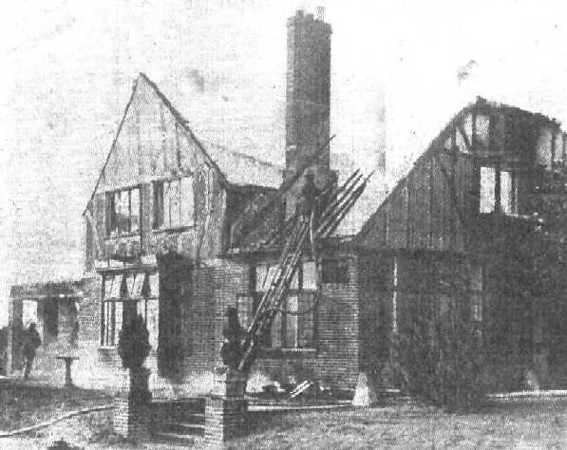 <font size=3><u> - The London Road Inn fire - </u></font> (BS0086)  Burnt down 1942 and eventually the ground floor became the bungalow shown below (BS0084).