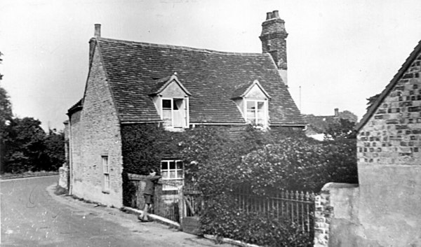 <font size=3><u> - Rose Cottage Old London Rd -  </u></font> (BS0248)  The young boy is Fred Lidyard who lived there with his grandparents Mr & Mrs Haines in the 1920s & 30s.