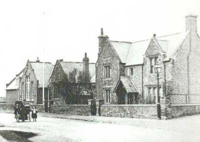 <font size=3><u> - Benson National School - 1904 - </u></font> (BS0119)  The Headmaster's house is to the right of the school building.