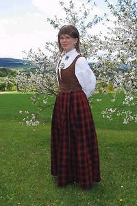 Rutaliv og råndastakk har lange tradisjoner i Gudbransdalen. Drakten på bildet er fra slutten av 1700 tallet. 17 mai er barna sin dag.