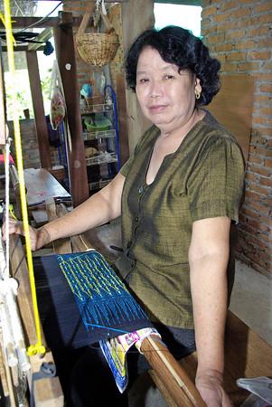 Bunadene produseres gjennom et prosjekt blant et fjellfolk i Nord-Thailand, som Henning Kumle har vært veileder for. En skreddermester i Norge har vært læremester i monteringen.