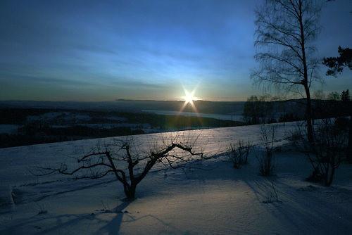 Utsikt over Mjøsa når sola er på vei til å krype under horisonten en flott vinterkveld.