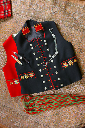 Rød vest og svart jakke uten armer til mannsbunad fra Fana.