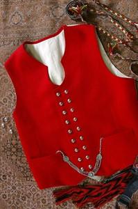 Sunnmørebunad har vest laget i ull. Her med klokkelenke i Filigran sølv.