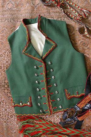 Hardangerbunad slik den lages i dag. Legg merke til jakken og vesten som har mange felles trekk med draktskikken på slutten av 1600 tallet.