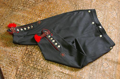 Knebukse til Fanabunad. Legg merke til dekorere på buksen med navigatør symbol på låret. Buksen har lokk foran med sølvknapper.