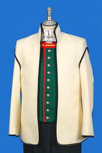 Mannsbunad fra Sogn med hvit jakke i Engelsk klede med svarte biser.