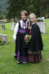 Jenter i bunad med Beltestakk fra Telemark og Rutaliv og Råndastakk