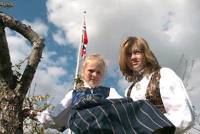 Pyntet til fest. I Norge finnes det mange forskjellige Folkedrakter.