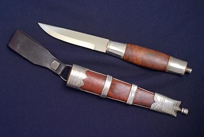 Bunadskniv til Gudbrandsdalsbunad med sølvbeslag på slire og holk