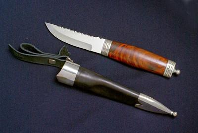 Kniv til bunad med håndsmidd blad og sølvbeslag