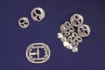 Sølv til Romeriksbunad. Knapper, spenner og halsnål
