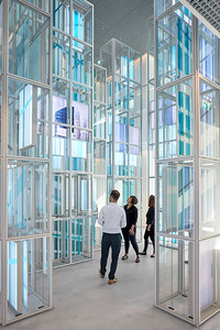 12 In jedem Turm der CityScape befinden sich bewegliche Print- und LED-Panels. Insgesamt 49 Screens ergeben ein bewegtes Mosaik, das sich immer wieder neu arrangiert. | Moving print and LED panels can be seen in each of the CityScape's towers. A total of 49 screens create a perpetually rearranging mosaic.