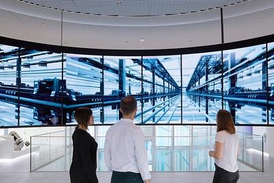 13 Im Circle, einem freischwebenden Ring aus 24 Bildschirmen, kommt der Besucher in den Genuss eines kreisrunden Kinoerlebnisses. | Visitors can experience a 360° visual presentation in the Circle, thanks to its ring of 24 suspended screens.