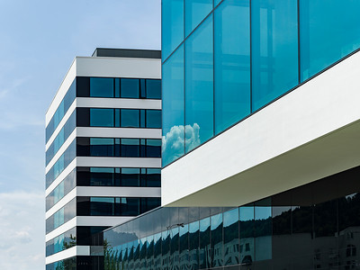 05 Links das Managementgebäude, in der Mitte der verbindende Sockelbau, rechts das auskragende Schindler City Center. | Management building to the left, in the middle is the connecting base structure, to the right the cantilevered Schindler City Center.