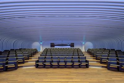 16 Auditorium im Untergeschoss mit 90 Sitzplätzen. | Auditorium with a capacity of 90 seats in the basement.