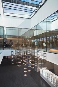 18 Eine interaktive Lichtinstallation im Foyer, die auf sich bewegende Menschen in Form von Licht reagiert. | An interactive light installation in the foyer which reacts to the people moving around it.