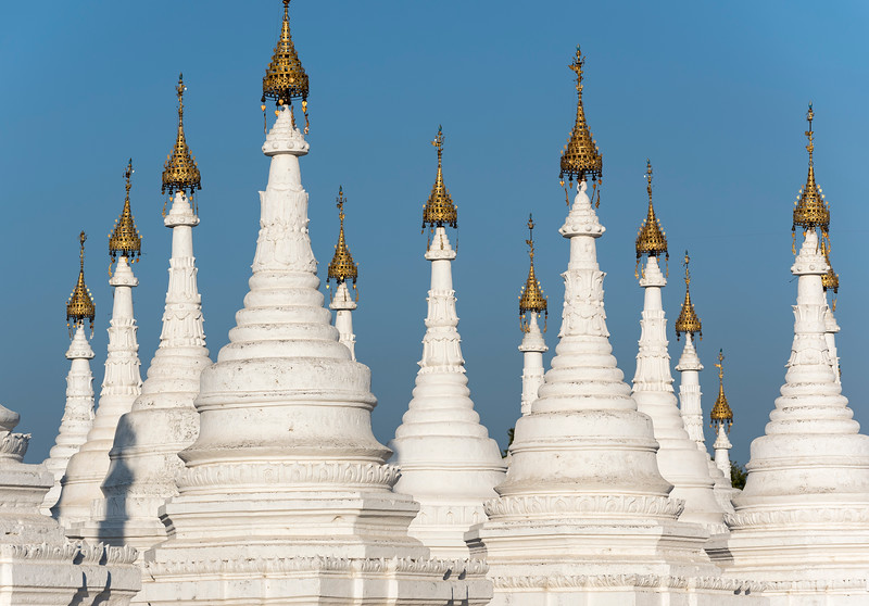White stupas of Sandamuni Paya