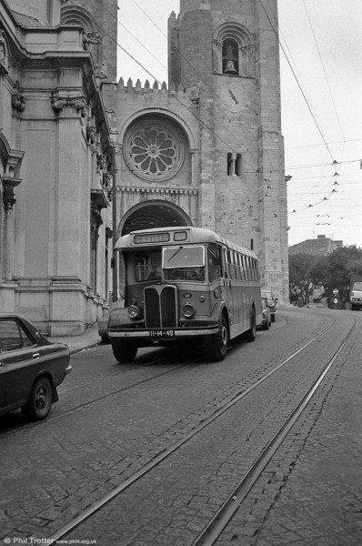 141 (II-14-49) passes Lisbon Cathedral in the ancient Alfama district. The Cathedral dates back to 1147. 141 now has been preserved in the UK.