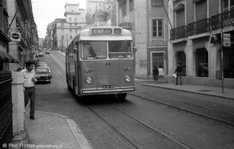71 (ID-67-09) returns towards Cais do Sodre terminus on route 15.