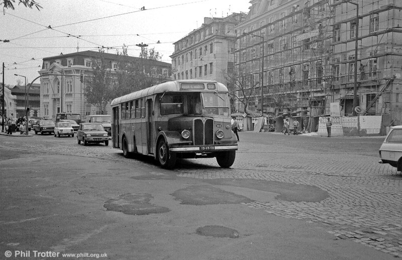 AEC Regal III 133 (ID-15-09) leads the trafic in central Lisbon.