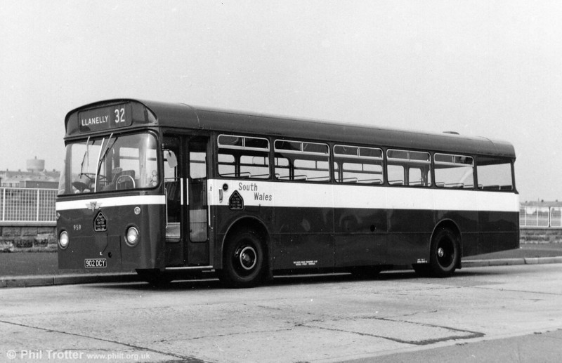 959 (902 DCY), an AEC Reliance/Marshall B53F carrying an experimental livery of bright red with a white band and blue fleetname in 1968.