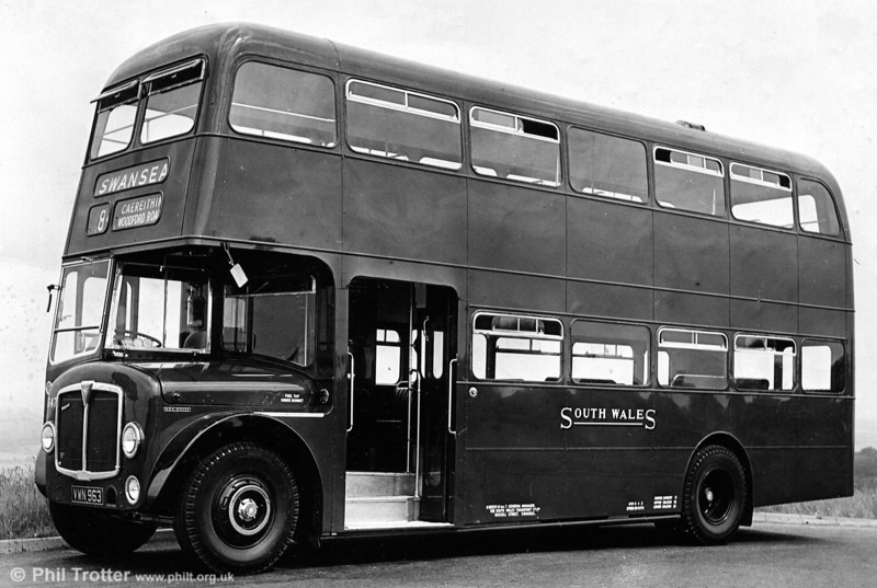 547 (VWN 963), another 1960 AEC Regent V/Willowbrook H39/32F when new. Note the very narrow window vents on this batch.