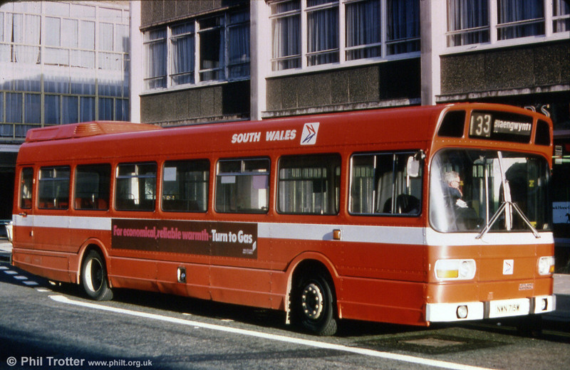 Contrasting with 711, Leyland National B52F 715 (LWN 715L) shows the later style of fleetname, wider waistband and 'flying N' logo in place of the Leyland badge.
