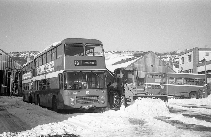 Bristol VRT/ECW H43/31F 909 (OCY 909R) in the snow at Brunswick St.