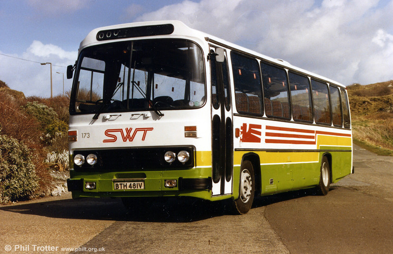 A short-lived dual purpose livery is illustrated on Leyland Leopard/Willowbrook C51F 173 (BTH 481V).