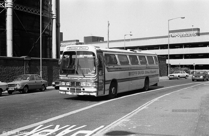 Davies Bros. 132 (HBX 742X) a Leyland Tiger/Duple C53F.