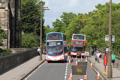 823 crosses to the northbound side of Dean Bridge as 615 follows