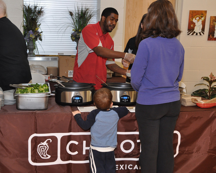 Chipolte Matthews serves free mexican healthy salads with a mean cilantro corn and tomato salsa!