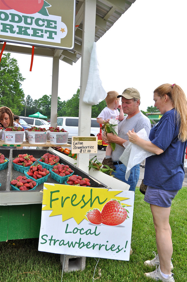 Bob & Tammy Cannon and Frank,2, of IT pick up some fresh fruit and farm vegetables