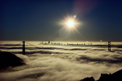 USA, California, San Francisco, Golden Gate Bridge in fog, dawn