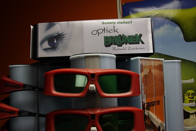 De rekken zijn gesponsord door een brillenwinkel