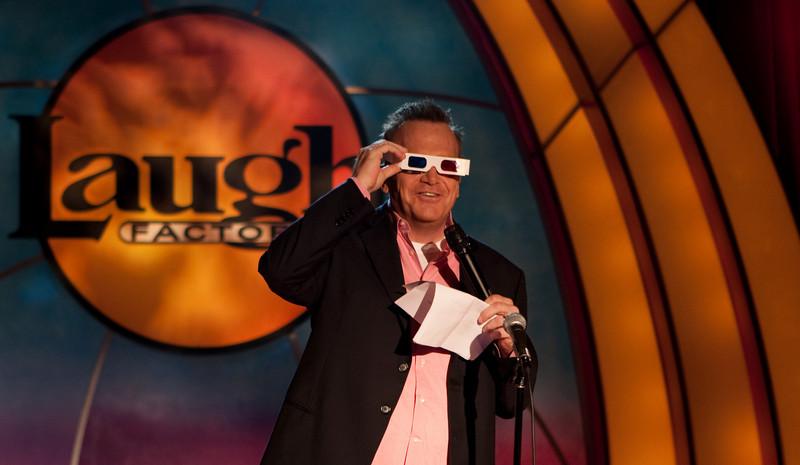 Tom Arnold tries 3d glasses
