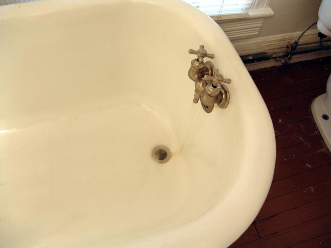 Clawfoot Tub, Good Water pressure, water ON!