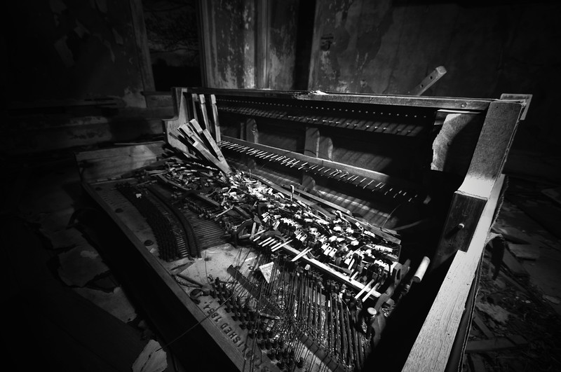 An old piano in a abandoned house.