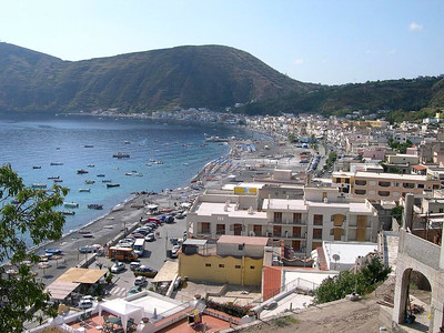 The town of Cannetto, on the west side of Isola Lipari.