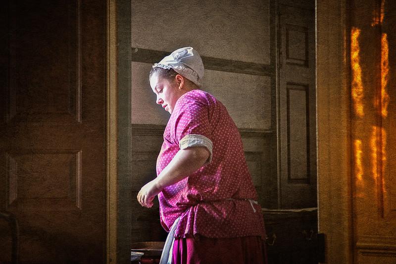 Waitress at Christiana Campbell's Tavern. Colonial Williamsburg, WIlliamsburg, Virginia #colonialwilliamsburg #colonialamerica #colonialstyle