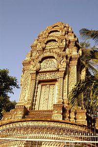 Early sun on Wat Ounalom, Phnom Penh