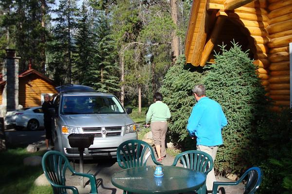 Dimanche 27 juin Nous partons vers 8H30 vers lac maligne pour faire Bald Hills, 650m Au départ, nous croisons un troupeau de wapitis, à 100m de notre chalet, juste à l'entrée d'Alpine lodge. Alors que hier soir , Frédéric et moi avons fait un tour en voiture pour trouver le troupeau et étions rentrés bredouille….. Sur la route principale, un gros Elk, et deux coyotes, juste à l'entrée de Jasper !! Nous démarrons la rando vers 9H30, belle grimpette jusqu''au sommet, ou il y a une très belle vue sur lac Maligne. La dernière partie est pleine de névés, et j'ai un peu de mal avec ma cheville… Comme me dit un canadien, si vous n'aimez pas la neige, ne venez pas au Canada !!!