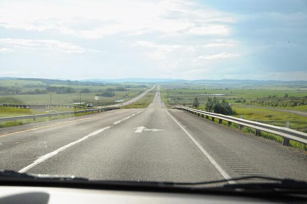 Nous prenons notre voiture, une 5 vastes places, puis allons faire le plein de courses + glacière au Walmart, à côté de l'aéroport. La plate plaine avant la montagne, sortie de Calgary