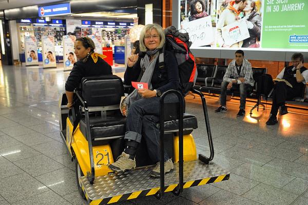 Heureusement j'avais demandé une assistance à Francfort, car pour changer d'avion il fallait marcher des kilomètres…que j'ai fait en caddy-car !