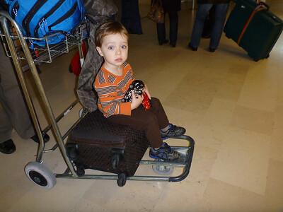 Romain patiente (hum!) sur les valises